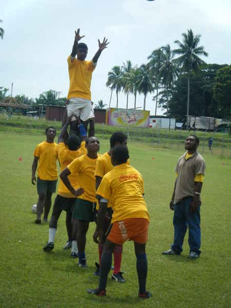 2010_coca-cola-junior-schools-rugby-camp-lineout-training-07